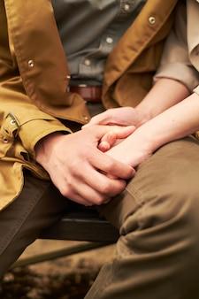 Mani e cuori insieme primo piano delle coppie amorose che si tengono per mano mentre camminando