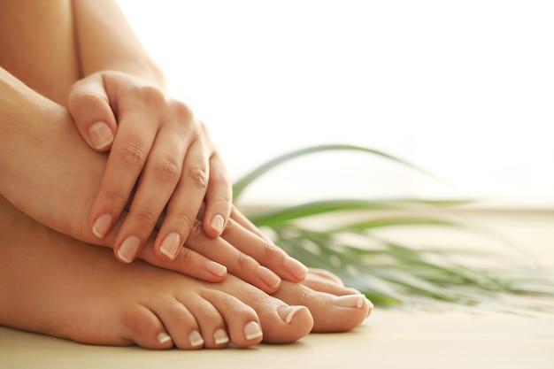 Mani e piedi di una donna