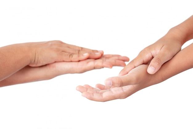 Mani facendo uso del gel del prodotto disinfettante su fondo bianco
