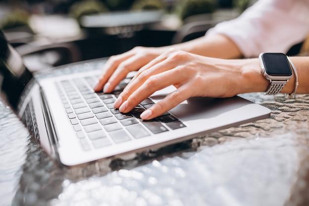 Mani femminili che scrivono sulla fine della tastiera in su