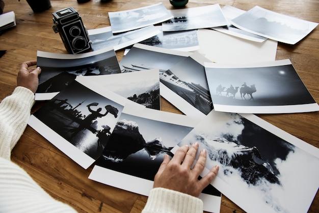 Mani femminili che selezionano le foto