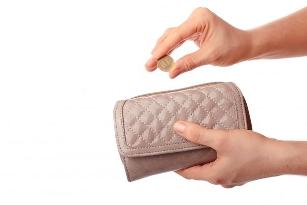 Mani femminili che tengono portafoglio e moneta dieci rubli