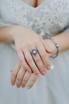 Mani femminili con il primo piano dell'anello