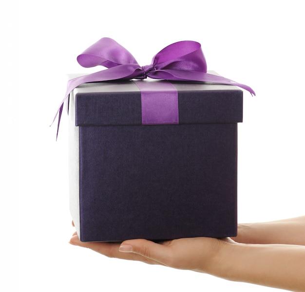 Mani femminili con scatola decorata viola