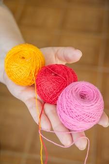 Mani femminili in possesso di cuciture