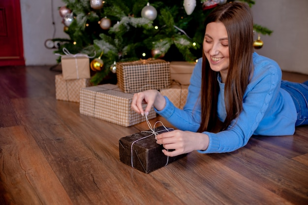 Mani femminili in possesso di regalo. regalo avvolto con carta artigianale. copyspace orizzontale superiore di concetto di festa di vista.
