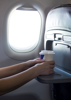 Mani femminili in possesso di un caffè