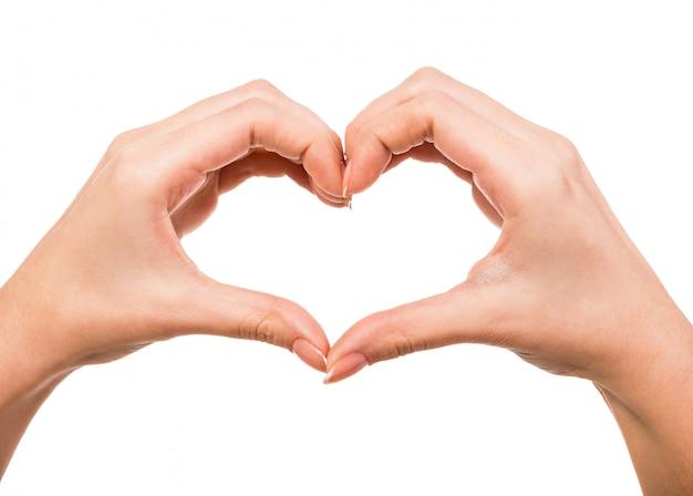 Mani femminili sotto forma di cuore su bianco