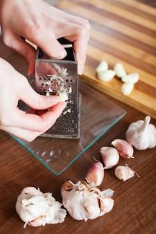 Mani grattugiate aglio