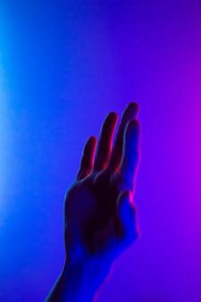 Mani in colorato rosso blu contrasto luce al neon.