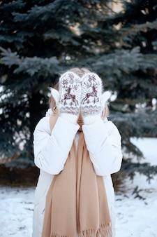 Mani in guanti lavorati a maglia. stile di vita invernale. indossa eleganti vestiti caldi. donna in abiti caldi