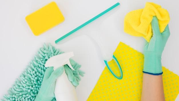 Mani in possesso di prodotti per la pulizia