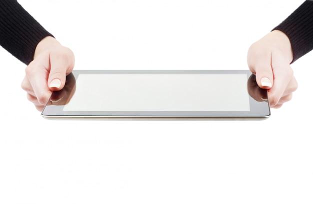 Mani in possesso di un tablet