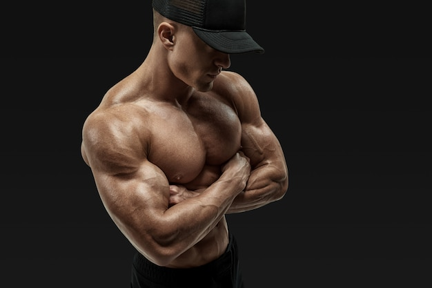 Mani incrociate atleta senza camicia