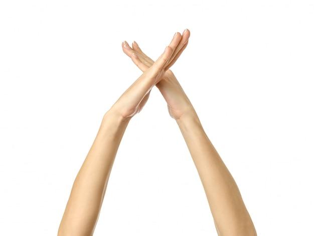 Mani incrociate. gesturing della mano della donna isolato su bianco