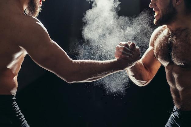 Mani insieme squadra di fitness dopo l'allenamento