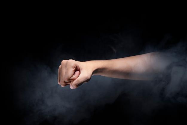 Mani maschili con il gesto del pugno