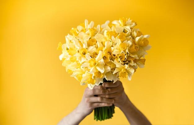 Mani maschili con un mazzo di fiori