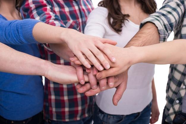 Mani ravvicinate di un gruppo di persone.