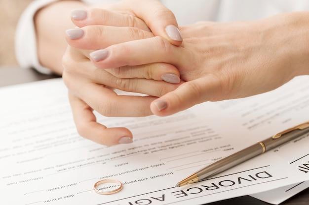Mani ravvicinate senza anello nuziale
