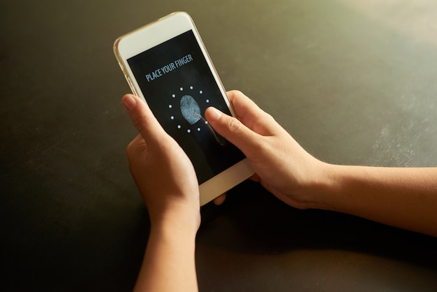 Mani ritagliate posizionando il dito sul punto di identificazione sul touchscreen
