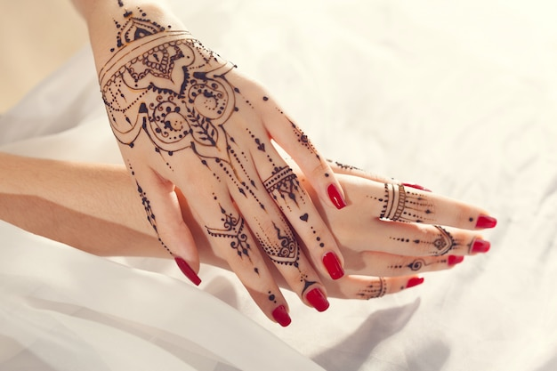 Mani rosse ben curate con mehndi