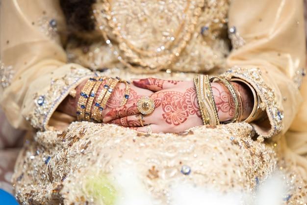 Mani spose pakistane indiane che mostrano anelli e gioielli
