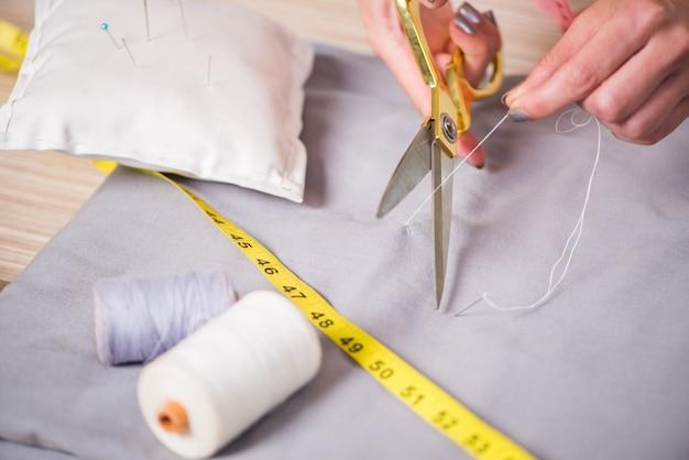 Mani su misura che lavorano su nuovi vestiti