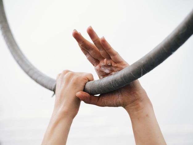 Mani sul cerchio aereo. primo piano del circo dell'artista