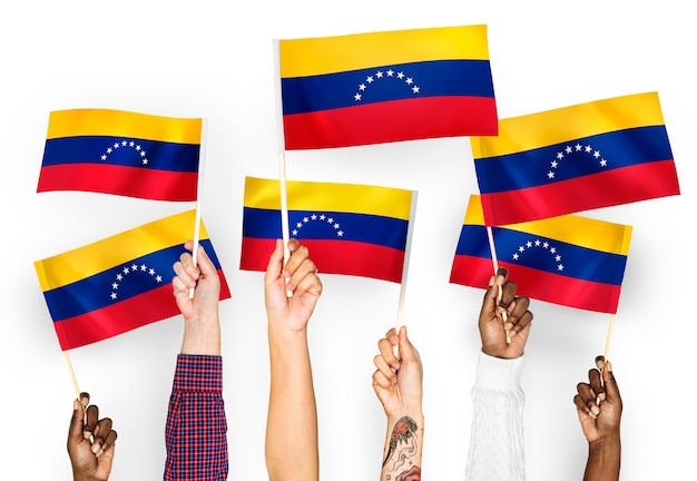 Mani sventolando bandiere del venezuela