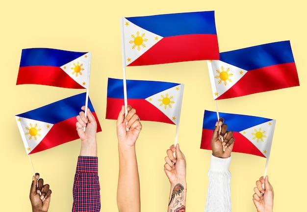 Mani sventolando bandiere delle filippine