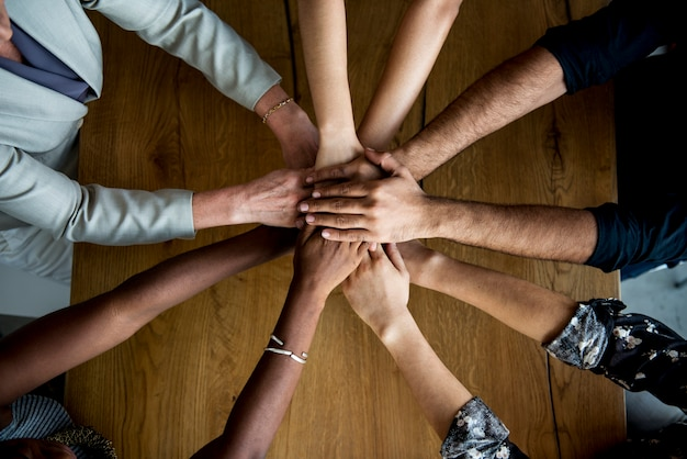 Mani umane insieme tenendo insieme