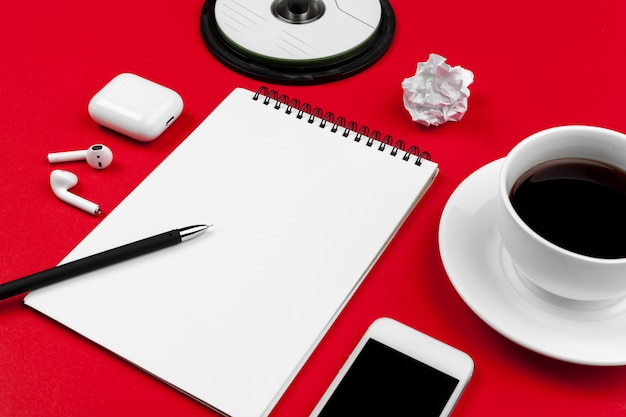 Manichino con copia spazio con smartphone su sfondo rosso brillante