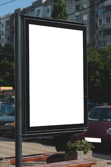 Manichino di cartellone bianco in città. posto per testo, pubblicità esterna, banner, poster o informazioni pubbliche.