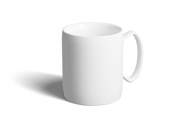 Manichino di una tazza in ceramica su uno sfondo bianco