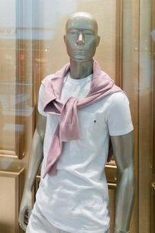 Manichino in una vetrina di abbigliamento maschile.