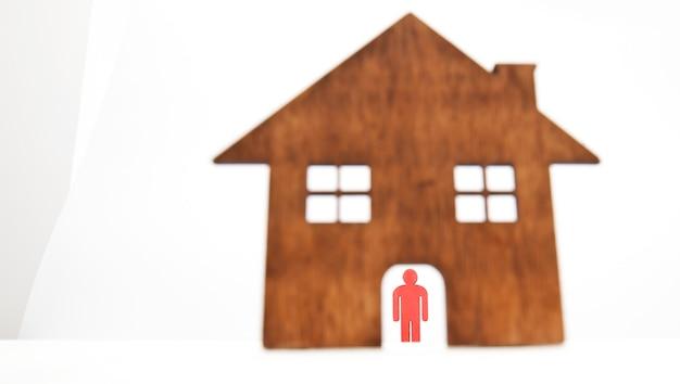 Manichino rosso in legno isolato in casa.