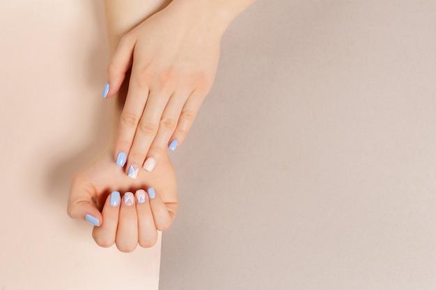 Manicure alla moda alla moda femminile