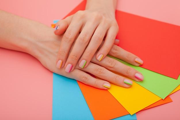 Manicure alla moda moderna arcobaleno o atmosfera estiva