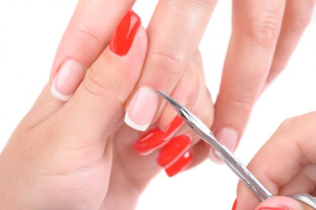Manicure applicando, tagliando la cuticola