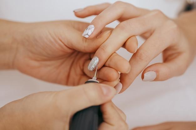 Manicure con una fresa per manicure