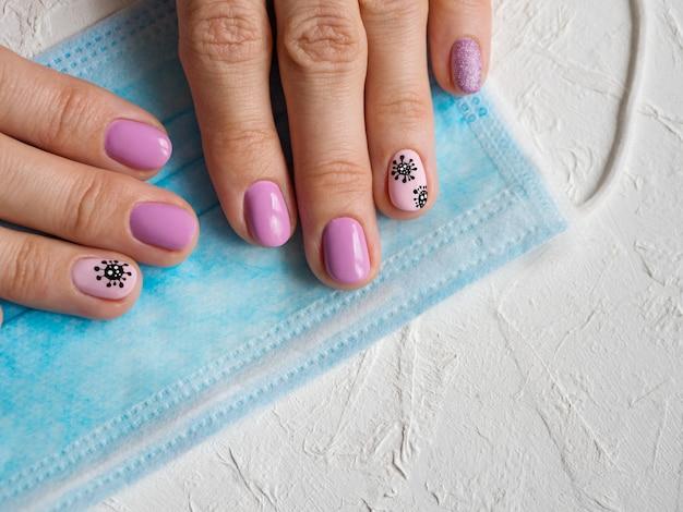 Manicure creativa con coronavirus dipinto sulle unghie