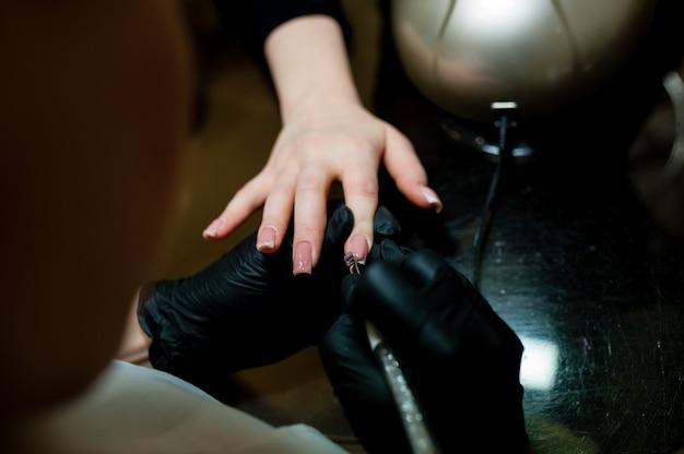 Manicure. cura delle unghie nel salone di bellezza.