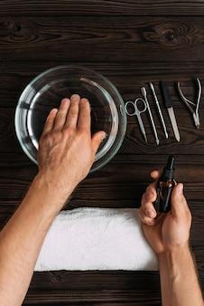 Manicure da uomo. mani da uomo preparate per la manicure. cura delle unghie delle mani