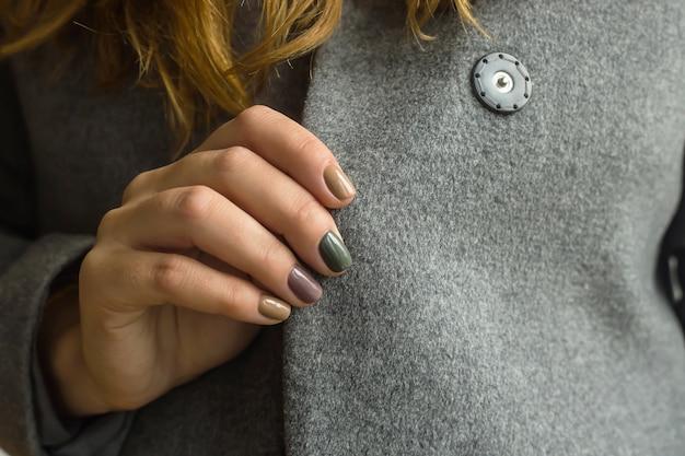 Manicure donna autunno con diversi colori di tendenza