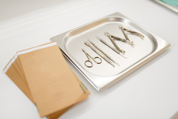 Manicure e pedicure, attrezzatura per la cura delle unghie su un vassoio di metallo