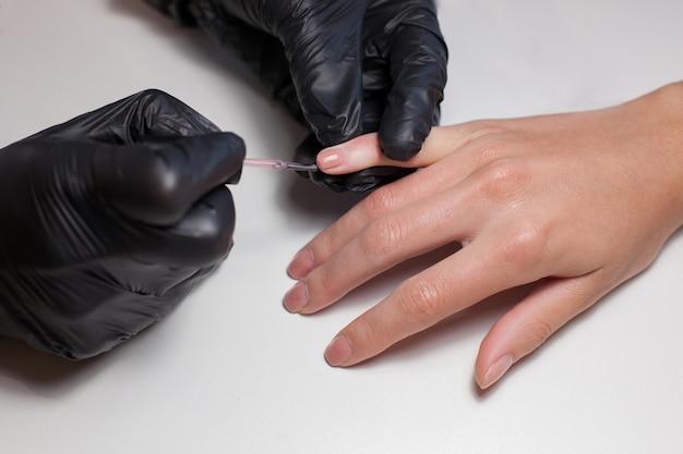 Manicure facendo una manicure presso il salone di bellezza.