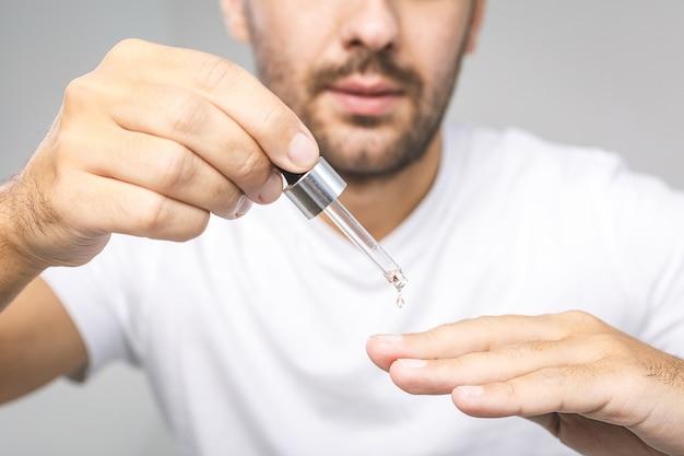 Manicure, mani spa olio per cuticole. unghie curate. trattamento di bellezza.