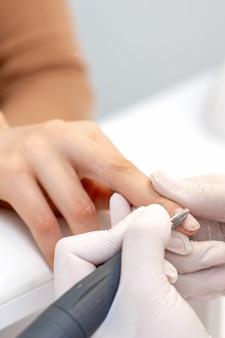 Manicure master utilizza una macchina per unghie elettrica