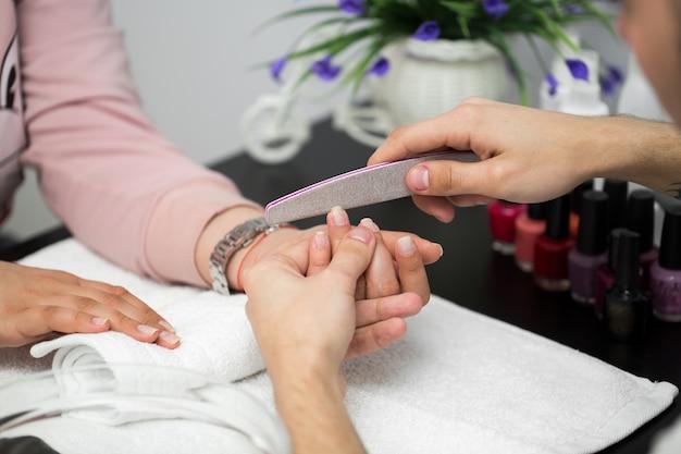 Manicure nel salone di bellezza. messa a fuoco selettiva sulle unghie dei clienti
